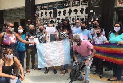 usuários do serviço de hormonioterapia da UBS Santa Cecília estiveram em frente da Secretaria Municipal de Saúde