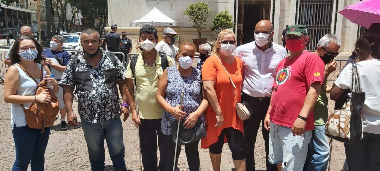 Ambulantes com Deficiência Grave protestam em frente à Prefeitura